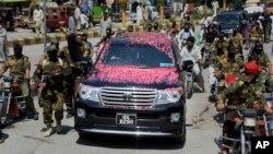 """""""真主穆斯林游击队""""的首席领袖沙拉胡丁(Syed Salahuddin)在支持者的拥护下在巴基斯坦首都参加记者会(2017年8月24日)"""
