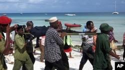 Mmoja wa majeruhi wa ajali ya meli iliyotokea visiwani Zanzibar akipelekwa hospitali huko Nungwi, Zanzibar. September 10, 2011.