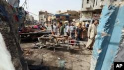 Warga memeriksa kerusakan pasca serangan bom bunuh diri di Baghdad, Kamis (17/9).