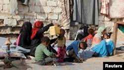 حدیدہ کے ایک کیمپ میں موجود بے گھر افراد (فائل فوٹو)