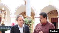 El ex primer ministro español José Luis Rodríguez Zapatero, izquierda, habla junto al presidente de Venezuela, Nicolás Maduro, después de su reunión en el Palacio Miraflores, en Caracas, Venezuela, el 23 de noviembre de 2016.