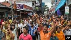 Bangladeshi garment workers shout slogans during a protest march in Narayanganj, near Dhaka, Sept. 25, 2013.