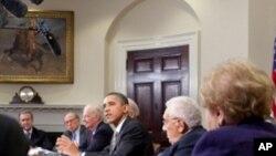 奥巴马总统与国家安全专家讨论削减战略武器条约(资料照片)