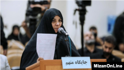 «شبنم نعمت زاده» دختر وزیر سابق صنعت و معدن و تجارت ایران در اولین جلسه دادگاه رسیدگی به پرونده اخلال در نظام دارویی.
