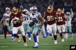 지난 11월 텍사스에서 열린 NFL 미식축구 경기에서 레드스킨스(Washington Redskins)와 댈러스 카우보이스(Dallas Cowboys)가 경기를 하고 있다.