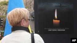 Poster anti-Putin di Sydney, Australia, untuk memprotes penembakan pesawat Malaysia Airlines MH17 (19/7). (AP/Rob Griffith)