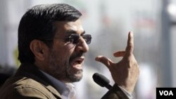 Presiden Iran, Mahmoud Ahmadinejad memberikan pidato di Lapangan Azadi, Teheran dalam peringatan HUT ke-33 Revolusi Islam Iran.