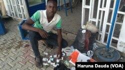 Yakubu Ibrahim mai gyaran kwan lantarki a Maiduguri da kayan aikinsa