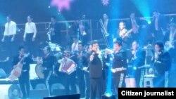 """Juan Gabriel en concierto en el Patriot Center con gira """"Volver 2015"""". [Foto Mitzi Macias, VOA]."""