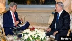 U.S. Secretary of State John Kerry (L) meets with Israeli Prime Minister Benjamin Netanyahu at Villa Taverna in Rome, Dec. 15, 2014.
