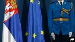 Zastave Republike Srbije i Evropske Unije, Foto: AP/Darko Vojinović
