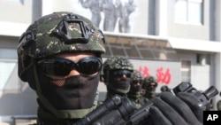 台湾军队士兵在高雄举行军演。(2020年1月16日)