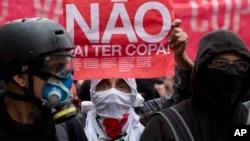 Protes menentang Piala Dunia di Sao Paulo, Brazil.