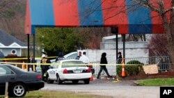 Miembros de la ATF y la policía local trabajan en una escena del crimen en el club Cameo después de un tiroteo fatal, el domingo 26 de marzo de 2017, en Cincinnati.