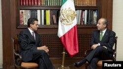 El presidente electo Enrique Peña Nieto, izquierda, se reune con el presidente de México Felipe Calderón en la residencia de Los Pinos.