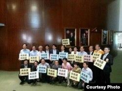 香港立法会泛民主派议员在立法会内抗议(推特图片)