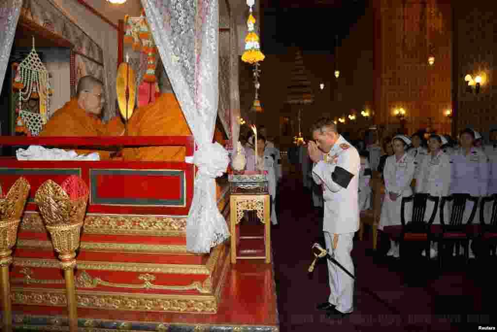 ادای احترام به پادشاه تایلند یک هفته بعد از مرگ او ادامه دارد. ولیعهد تایلند، در یک مراسم به پدرش ادای احترام می کند. پدر او ۲۲ مهر به عنوان طولانی ترین پادشاه در ۸۸ سالگی در گذشت.