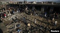 مقامی لوگ دھماکے کی جگہ کا جائزہ لے رہے ہیں