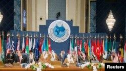 Emir Kuwait Sheikh Sabah al-Ahmed al-Sabah (tengah), Sekjen PBB Ban Ki-moon (kiri) dan Menlu Sheikh Sabah Khalid al-Hamad al-Sabah (kanan) menghadiri sesi pembukaan konferensi Donor untuk Suriah di Kuwait (15/1).
