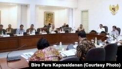 Presiden Joko Widodo dan Wapres Jusuf Kalla memimpin rapat terbatas di Kantor Presiden Jakarta. (Foto: Biro Pers Kepresidenan)