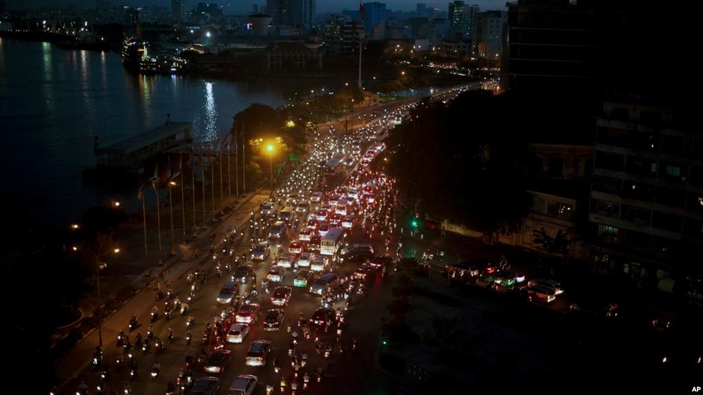 Sài Gòn giờ tan tầm, giao thông càng trầm trọng hơn khi đường phố ngập lụt.