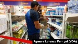 """El gobierno de Maduro asegura que las largas filas de gente frente a los comercios son parte de la llamada """"guerra económica""""."""