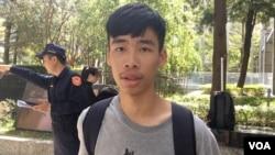 台大學生會會長涂俊清11月15日在抗議活動現場接受美國之音訪問。(美國之音齊勇明拍攝)