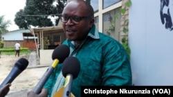 Léandre Sikuyavuga, directeur adjoint du groupe de presse Iwacu à Bujumbura, Burundi, 22 févreier 2017. (VOA/Christophe Nkurunzia)