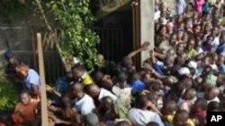 Dans le quartier d'Abobo, à Abidjan, des électeurs en colère du retard dans l'ouverture du bureau de vote au Groupe scolaire Sainte-Jeanne.