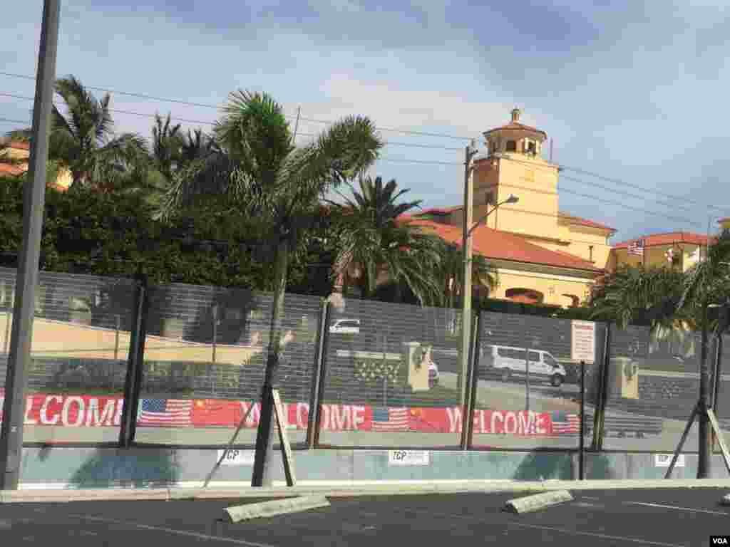 酒店门前的围栏和美中国旗 (美国之音莉雅拍摄)