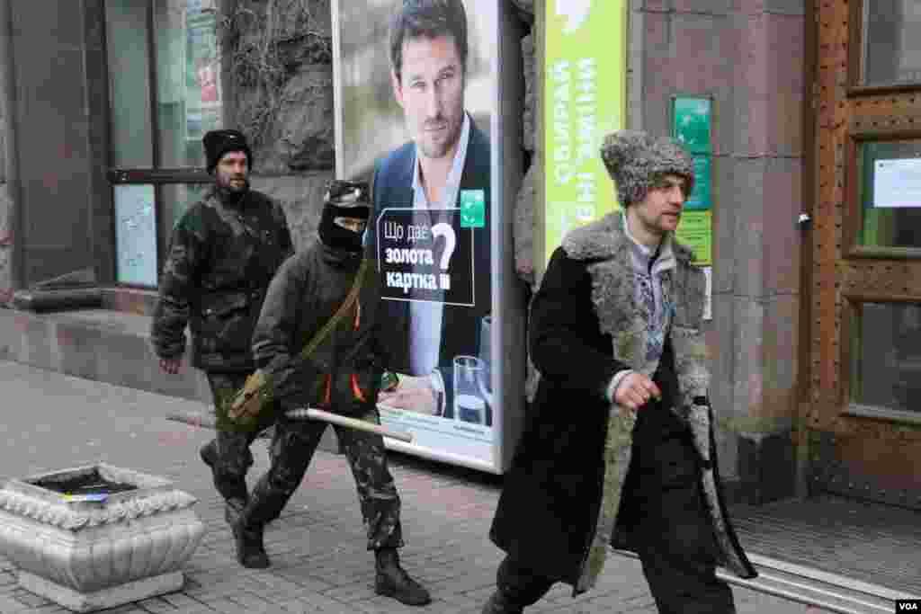 Под стенами Киевской городской государственной администрации. Протестующие на Евромайдане выполнили требования власти – освободили здание столичной мэрии и проезжую часть улицы Грушевского.
