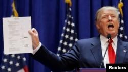 Trump dijo que Univision estaría faltando a su contrato si no transmite los certámenes de Miss USA y Miss Universo.
