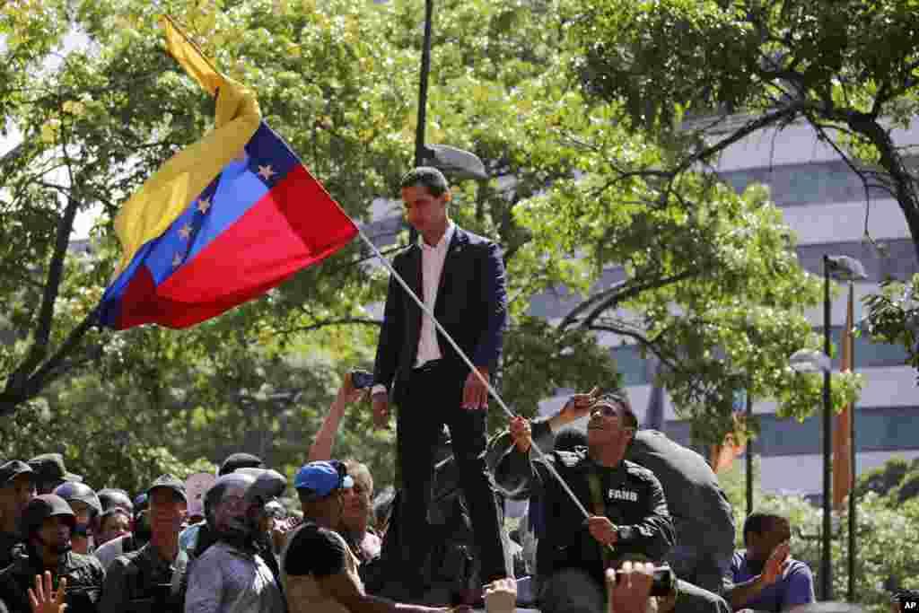 خوان گوایدو در جمع معترضان در کاراکاس حضور یافت. او گفت ما ایستادگی می کنیم و حکومت غصب شده را پس می گیریم.