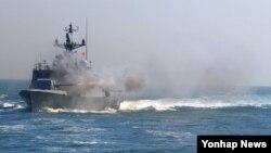 한국 해군 유도탄 고속함이 지난 2012년 사격훈련 중이다. (자료사진)