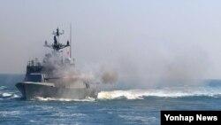북한군이 22일 오후 연평도 근해에서 초계 임무를 수행 중이던 한국 해군 유도탄 고속함 인근에 2발의 포격을 가했다. 사진은 지난 2012년 사격훈련 중인 해군 유도탄 고속함.
