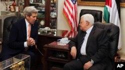 존 케리 미 국무장관(왼쪽)이 21일 요르단 암만에서 마흐무드 압바스 팔레스타인 자치정부 수반과 만나 대화하고 있다.