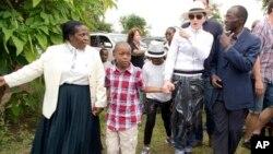 Penyanyi Madonna (kedua dari kanan) melakukan kunjungan ke panti asuhan Mphandura dekat Lilongwe, Malawi bersama dua anak adopsinya (5/4).