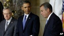 Từ trái: Thượng nghị sĩ Harry Reid, Tổng thống Barack Obama, và Chủ tịch Hạ viện John Bodhner
