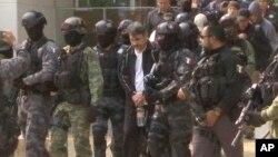 Imágen tomada de un video muestra a Dámaso Lopez siendo escoltado por las autoridades, luego de su captura.