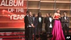 """Taylor Swift (dua dari kanan) menerima penghargaan Grammy untuk kategori """"Album of the Year"""" untuk albumnya """"1989"""" di Los Angeles (15/2)."""