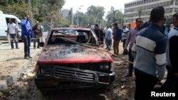 埃及开罗大学附近的炸弹袭击现场。(2014年4月2日)