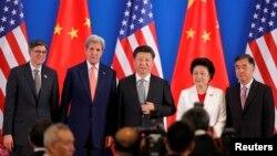 美國財政部長傑克·盧和國務卿克里,中國主席習近平、國務委員劉延東和國務院副總理汪洋在第八輪美中戰略與經濟對話開幕式上(2016年6月6日)