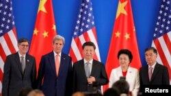 (从左到右)美国财政部长杰克·卢和国务卿克里,中国主席习近平、国务院副总理刘延东和汪洋在第八轮美中战略与经济对话开幕式上(2016年6月6日)
