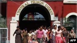 Tù nhân được trả tự do từ trại giam Insein ở Yangon, ngày 12/10/2011