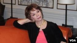 """La escritora Isabel Allende se encuentra de gira por EE.UU. presentando su última novela """"El juego de Ripper"""". [Foto: Mitzi Macias, VOA]."""