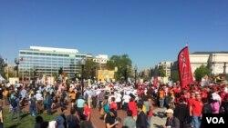 """大约3百名抗议者星期一在美国国会举行""""民主的觉醒""""游行"""