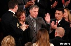도널드 트럼프 미국 대통령이 30일 국정연설에서 북한에 억류됐다 숨진 대학생 오토 웜비어 씨의 부모 프레드 웜비어 씨와 신디 웜비어 씨를 소개하자 의원 등 참석자들이 격려의 박수를 보내고 있다.