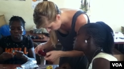 Rikke Clevin Jensen teaching a class to women at the Advocaid office in Freetown, Sierra Leone. (VOA/N.deVries)
