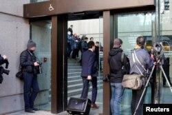 记者在不列颠哥伦比亚省最高法院外报道华为CFO孟晚舟的保释听证会。加拿大检察官在法庭上表示,孟晚舟涉嫌欺诈罪,美国司法部在今年八月向她发出逮捕令(2018年12月7日)。