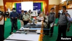 緬甸內比都舉行的軍政府新聞部新聞發布會上展示了繳獲的自製氣槍。 (2021年3月23日)